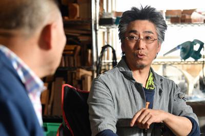 端材を使った一点物の作品について話す桂南光さん(左)と河村寿昌さん=愛知県一宮市で2019年6月25日、大西岳彦撮影