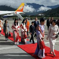 ブータンに到着され、王族らからの歓迎を受ける秋篠宮家の長男悠仁さまと紀子さま=ブータン・パロで2019年8月17日午前8時8分、小川昌宏撮影
