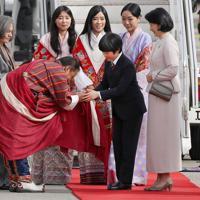 ブータンに到着され、王族らからの歓迎を受ける秋篠宮家の長男悠仁さまと紀子さま=ブータン・パロで2019年8月17日午前8時6分、小川昌宏撮影