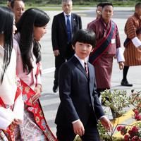 ブータンに到着され、王女たちと言葉を交わす秋篠宮家の長男悠仁さま=ブータン・パロで2019年8月17日午前8時24分、小川昌宏撮影