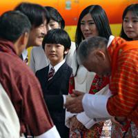 ブータンに到着され、歓迎を受ける秋篠宮さまを見つめる悠仁さま=ブータン・パロで2019年8月17日午前8時22分、小川昌宏撮影