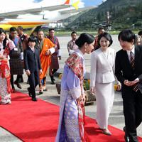 ブータンに到着され、歓迎を受ける秋篠宮さまと紀子さま、長男悠仁さま=ブータン・パロで2019年8月17日午前8時24分、小川昌宏撮影