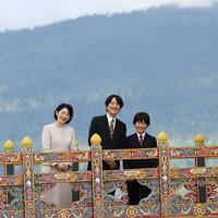 国立博物館を見学され、移動中に橋の上で笑顔を見せる秋篠宮ご夫妻と長男悠仁さま=ブータン・パロで2019年8月17日午後4時57分、小川昌宏撮影