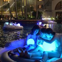 夜のプールを楽しむ人たち=福岡市東区で2019年8月17日午後7時35分、金澤稔撮影