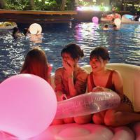 夜のプールを楽しむ人たち=福岡市東区で2019年8月17日午後8時13分、金澤稔撮影