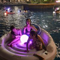 夜のプールを楽しむ人たち=福岡市東区で2019年8月17日午後8時16分、金澤稔撮影