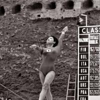 体操女子団体総合で平均台の演技をする池田敬子選手。この種目で日本は4位と健闘した=カラカラ競技場で1960年(昭和35年)9月6日、二村次郎撮影