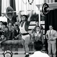 重量挙げ男子バンタム級で三宅義信選手がジャークで135kgを挙げ銀メダルを決める=1960年(昭和35年)9月7日、辻口文三撮影