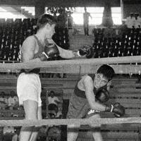 ボクシング男子フライ級準決勝でソ連のシフコ選手に右フックを出した田辺清選手(右)=1960年(昭和35年)9月3日、辻口文三撮影