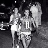 陸上男子マラソンで夜のアッピア街道を裸足で走るエチオピアのアベベ選手。世界最高記録で優勝した=1960年(昭和35年)9月11日、横井日報連会員撮影