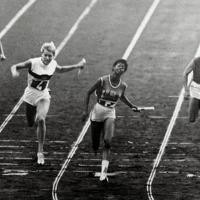 陸上女子400㍍リレー決勝で1位でゴールインする米国のルドルフ選手(中央)、2位はドイツのハイネ選手(左)、右端は4位のソ連のプレス選手、左端は5位イタリアのレオネ選手=1960年(昭和35年)9月9日、UPI