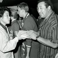 プロレスラーの力道山から差し入れを受ける競泳女子の田中聡子選手(左)=1960年(昭和35年)9月1日、辻口文三撮影