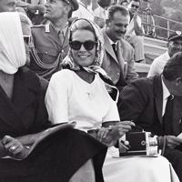 ボート・エイトの競技を観戦するモナコのグレース・ケリー王妃(中央)=ローマ近郊のアルバーノ湖で1960年(昭和35年)8月31日、二村次郎撮影