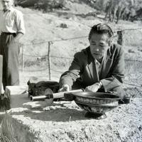 採火式が行われる場所でトーチと採火盤を見る井上靖さん=ギリシャ・オリンピアで1960年8月12日、二村次郎撮影