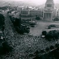 新安保条約に反対して国会前を埋めたデモ隊=東京都千代田区で1960年6月18日、本社ヘリから佐藤龍彦撮影