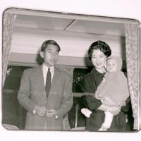 皇太子ご夫妻(現上皇ご夫妻)は静養のため、1960年2月に生まれた浩宮さま(現天皇陛下)と、原宿駅から特別列車で葉山御用邸に向かった=東京・原宿駅で1960年(昭和35年)12月26日、新倉義政撮影