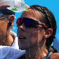 東京五輪・パラリンピックのテスト大会を兼ねたパラトライアスロンのワールドカップ。厳しい暑さの中で開催され、フィニッシュした選手たちは何度も頭から水をかけていた=東京都港区で2019年8月17日、佐々木順一撮影