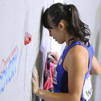 スピード女子予選、壁に額を付けて目を閉じる伊藤ふたば=東京・エスフォルタアリーナ八王子で2019年8月17日、宮武祐希撮影