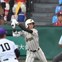 【鶴岡東-関東一】二回表鶴岡東2死一塁、山路が適時二塁打を放つ=阪神甲子園球場で2019年8月17日、森園道子撮影