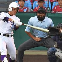 【鶴岡東-関東一】二回裏関東一1死一、三塁、村岡が適時二塁打を放つ=阪神甲子園球場で2019年8月17日、森園道子撮影