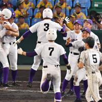 【鶴岡東-関東一】サヨナラ打を打った平川(背番号7)を大喜びで出迎える関東一の選手たち=阪神甲子園球場で2019年8月17日、森園道子撮影
