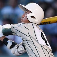 【鶴岡東-関東一】六回表鶴岡東1死一、二塁、山路が適時二塁打を放つ=阪神甲子園球場で2019年8月17日、久保玲撮影