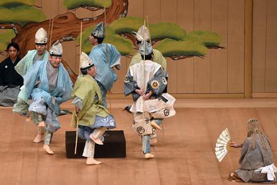 池澤夏樹さんが脚本を担当した狂言「鮎」の一場面。アユたちがいろりであぶられ「あちち」と舞う=金沢市高岡町の市文化ホールで、日向梓撮影
