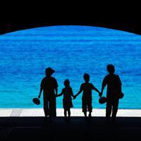 トンネルの向こうに青い海が広がる島根県立石見海浜公園=島根県浜田市で、木葉健二撮影