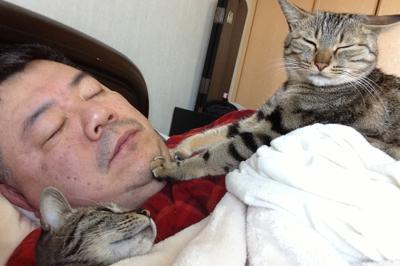 高宮さんと眠るカレラちゃん(左)とタルガちゃん=家族提供