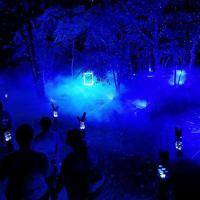 GPS内蔵の光るつえ「リズムスティック」は場所によって色や光り方が変わる=北海道釧路市で2019年8月6日午後7時44分、貝塚太一撮影