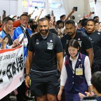網走での合宿のため、女満別空港に到着したリーチ(中央)らラグビー日本代表の選手たち=北海道大空町で2019年8月18日午後2時36分、長谷川直亮撮影