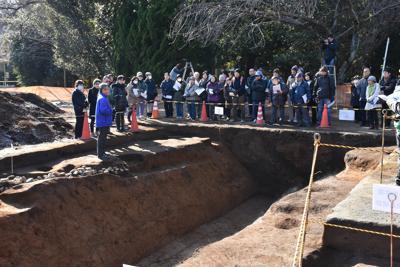 「多磨全生園」内の発掘調査で見つかった堀の跡。高さ約2メートルの土塁と共に、「内」と「外」を隔てていた=2017年1月撮影、黒尾和久さん提供
