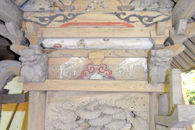 本殿北面を飾る「さおを手にした童子を乗せた亀」の浮き彫り(下部)などの彫刻や絵=埼玉県小鹿野町で
