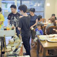 「おとなも子どももOK食堂」に集まった親子連れや若者たち=岐阜市粟野東5の「コミュニティ・カフェわおん」で