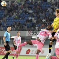 1点を追う試合終盤、V長崎はFWイバルボ選手を投入してボールを集めるが、柏守備陣にはね返される