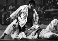 1976 Montreal Olympics -- Japan's Haruki Uemura won the gold medal in the open weight division in the men's judo. The diminutive 174-centimeter athlete defeated large foreign competitors one after another.