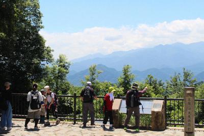 パワースポットとしても人気の高尾山。夏は沢沿いの道が涼しく、緑も美しい=東京都八王子市の高尾山で2019年8月5日午後0時6分、銅山智子撮影