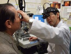 糖尿病網膜症の早期発見のため眼底検査をする医師