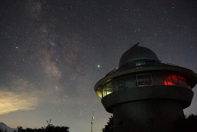 福井県自然保護センター観察棟の上空に広がる星空。中央でひときわ明るく輝くのが木星=福井県大野市南六呂師で、塚本恒撮影