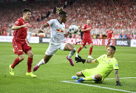 Leipzig's Christopher Nkunku, center, vies for the ball with Union's Rafal Gikiewicz, right and Keven Schlotterbeck, during the German Bundesliga soccer match between Union Berlin and RB Leipzig, at the Stadion An der Alten Foersterei, in Berlin, on Aug. 18, 2019. (Britta Pedersen/dpa via AP)