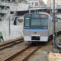 新線開業に向けて急ピッチで準備が進む西谷駅。12000系が現れた右奥のトンネルで相鉄・JR直通線につながる