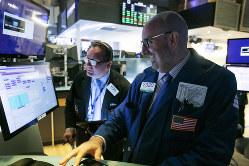 株価は中央銀行の政策に大きな影響を受ける(8月19日、ニューヨーク株式市場)=AP