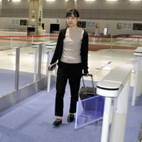 外国人旅客も対象になる税関検査の電子申告ゲート=成田空港の第3旅客ターミナルビルで