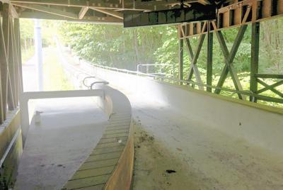 製氷を中止したスパイラルのコース。老朽化が目立ち、草木がコースまではみ出している=長野市浅川で