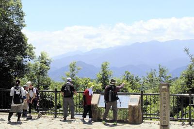 パワースポットとしても人気の高尾山。夏は沢沿いの道が涼しく、緑も美しい=東京都八王子市の高尾山で2019年8月5日、銅山智子撮影