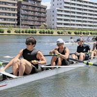 ボートで東京パラリンピック出場を目指す有安諒平(左端)。所属先の東急イーライフデザインのサポートに支えられている=高橋秀明撮影