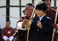 Prince Hisahito, son of Crown Prince Akishino and Crown Princess Kiko, tries his hand at archery, Bhutan's national sport, in Thimphu, Bhutan, on Aug. 19, 2019. (Mainichi/Masahiro Ogawa)