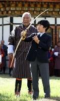 Prince Hisahito, son of Crown Prince Akishino and Crown Princess Kiko, tries his hand at archery, Bhutan's national sport, in Thimphu, Bhutan, on Aug. 19, 2019. (Mainichi/Masahiro Ogawa)
