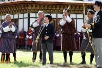 Crown Prince Akishino and his son Prince Hisahito try archery, Bhutan's national sport, in Thimphu, Bhutan, on Aug. 19, 2019. (Mainichi/Masahiro Ogawa)