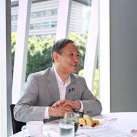 朝食中、笑顔を見せる菅義偉官房長官=東京都千代田区で、吉田航太撮影